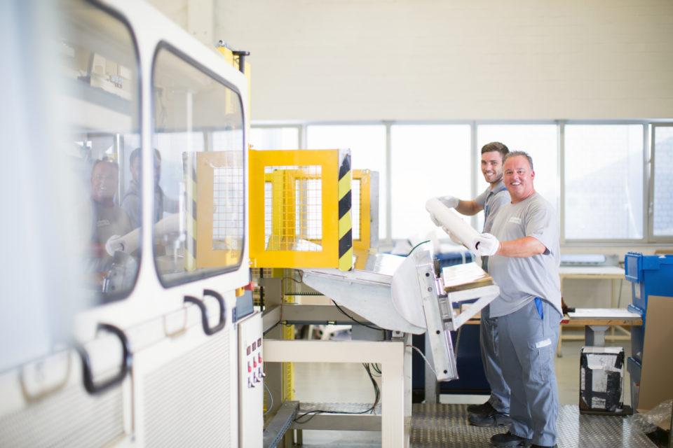 Mitarbeiter an Maschine mit Rolle